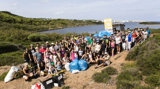 One hundred people took part in collecting plastics from s'Estany